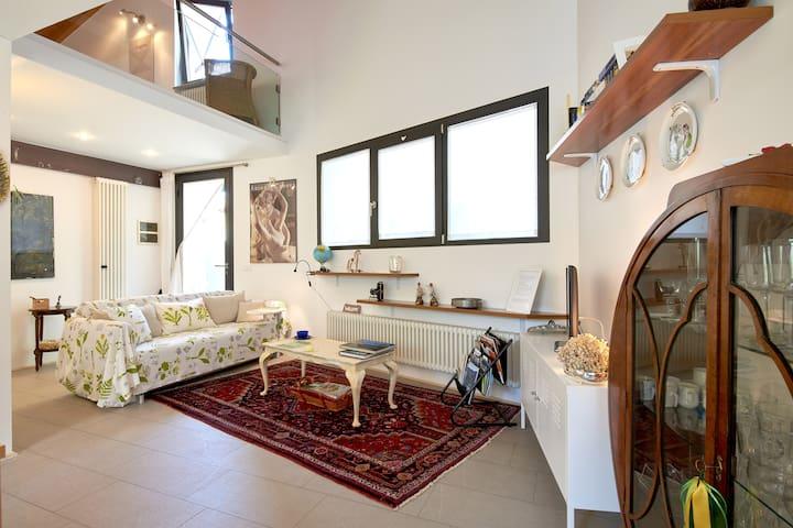 Raffinata e romantica casa singola su due piani case in for Piani casa degli ospiti