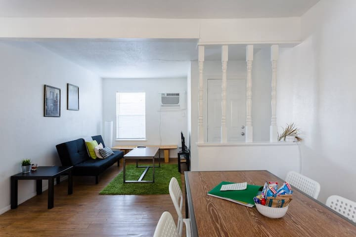 Simple and comfortable 2 bdrm near downtown/ AUS