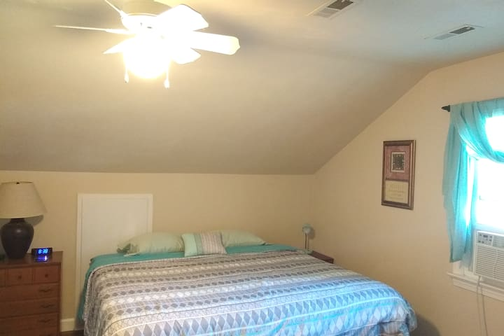 Kingbed private room only 1/2 hour from VA Beach!