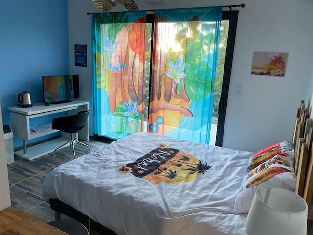 Studio neuf avec terrasse, parking à 150m plage
