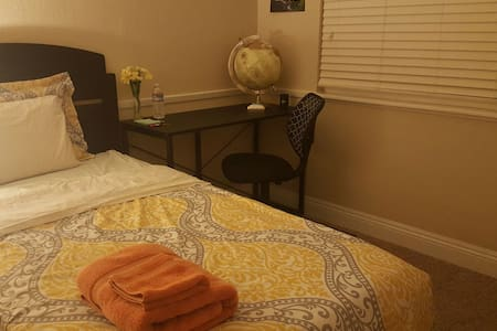 Comfortable private room & bath - 柑橘高地(Citrus Heights) - 独立屋