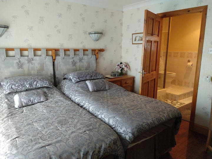 Delightful Twin Room - en-suite. Hollingworth Lake