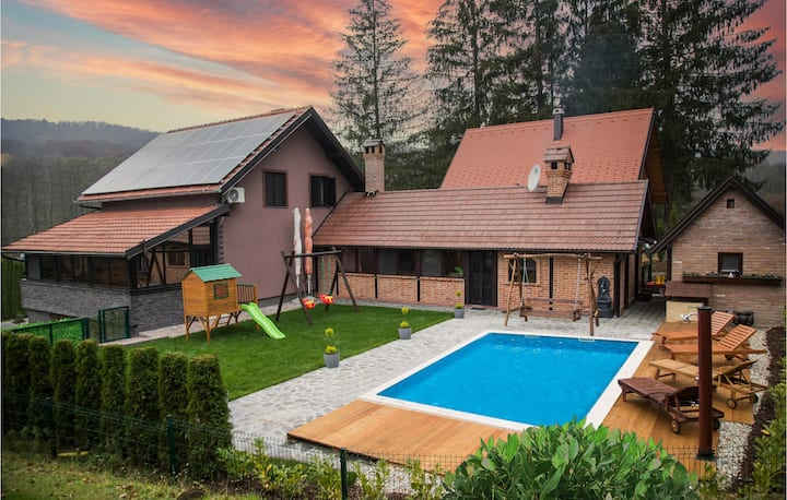 Amazing home in Novo Zvecevo with Outdoor swimming pool, Sauna and 4 Bedrooms
