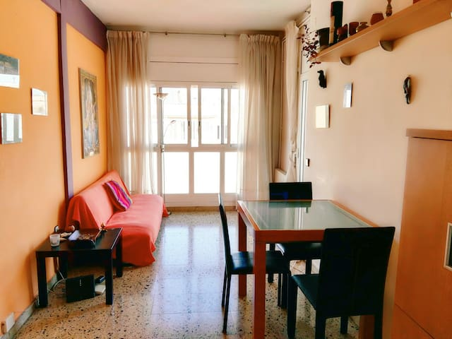 Room with balcony in a Sunny flat /Montjüic Park