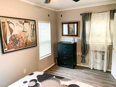 Comfy 2 Bed 1 Bath House with Gated Driveway