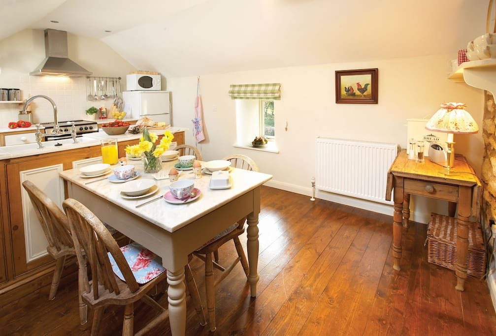 First floor: Kitchen with dining table