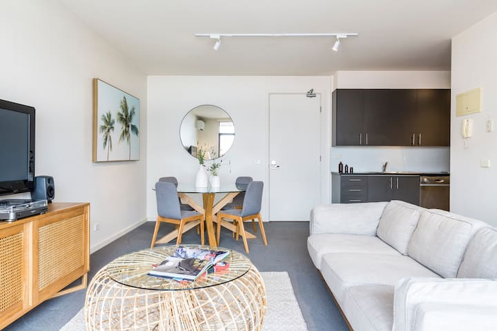 Hip, Stylish Collingwood Apartment near Smith St & the MCG
