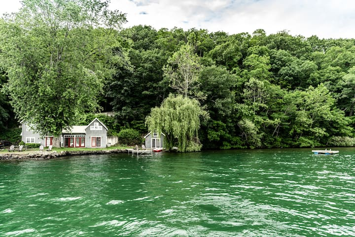 Rustic, charming cottage with direct lake frontage