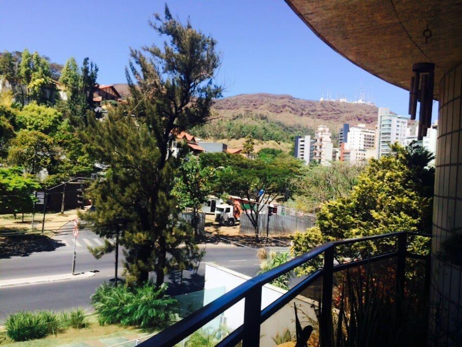 Vista da varanda com Serra do Curral ao fundo.
