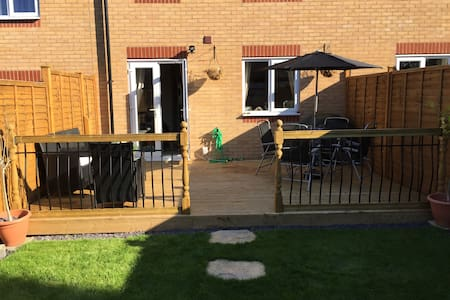 Bed in modern house, outskirts of city, great base - West Midlands