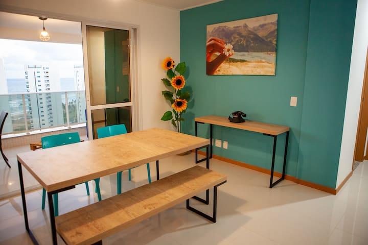 Sala de estar com mesa para seis pessoas.  Living room with eating table for six people.