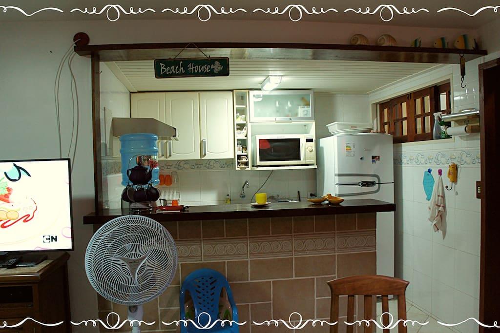 Cozinha Americana super equipada, microondas, batedeira, forno, fogão, sanduícheira, cafeteira..