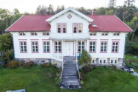 Bo på övervåning på havsnära 1800talsgård i Onsala