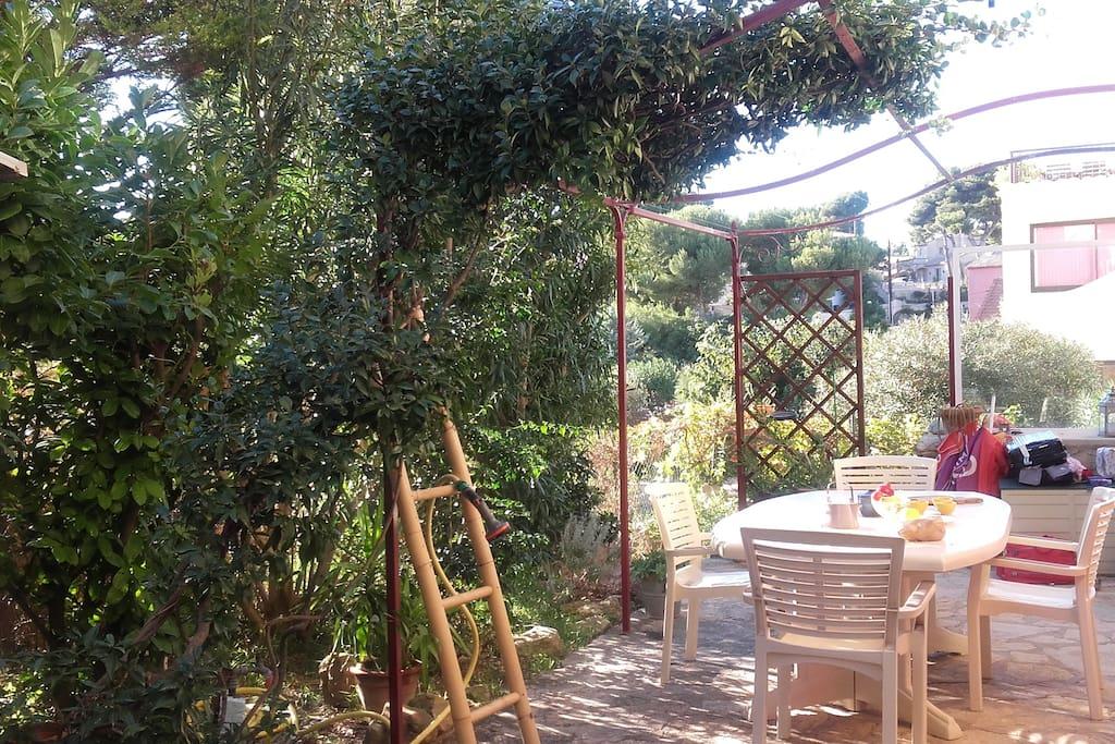 Patio ombragé, où il fait bon prendre ses repas / nice shadded garden to enjoy your meals