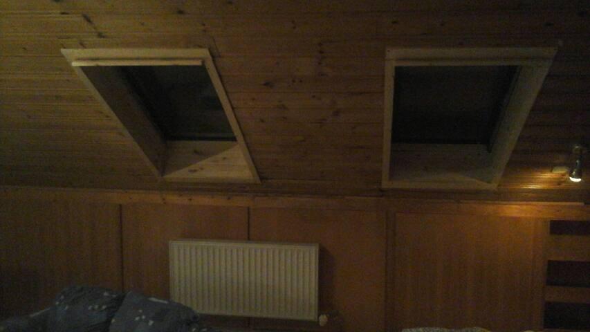 Einfaches Dachzimmer