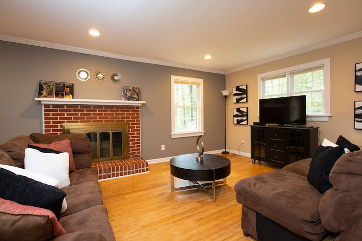 Cozy living room with fireplace & Flat screen TV, cable provided