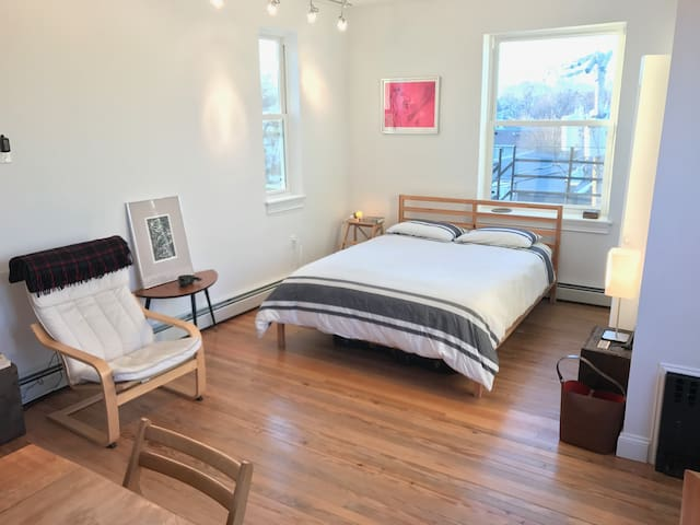Penthouse studio w/ private rooftop deck (Main St) - Beacon - Apartamento