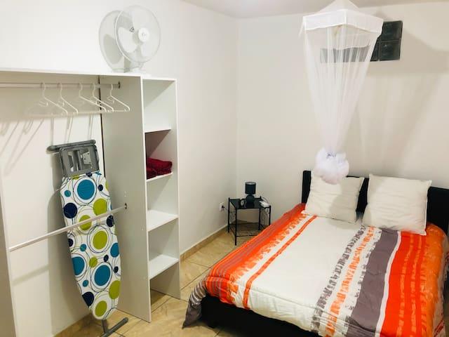 Chambre climatisée ,ventilateur d appoint ainsi qu'une Moustiquaire