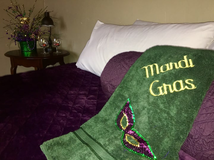 Cajun Stays- Cajun Hostel Downtown Mardi Gras Room