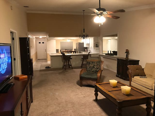 Beautiful River Condo(2 Bed, 2 Bath)