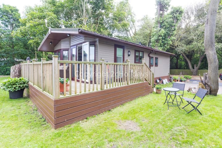 Pet friendly luxury lodge with decking and sauna pod in Suffolk ref 32008a
