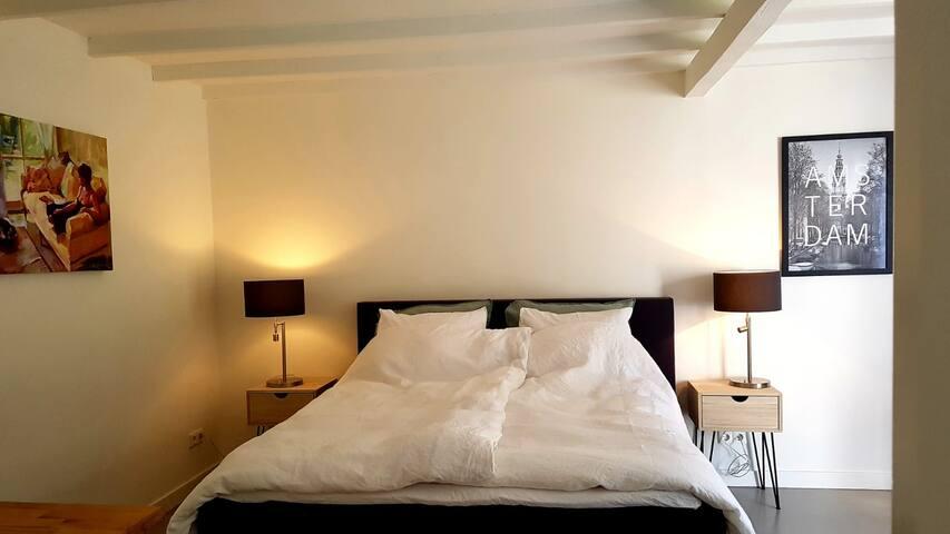 """""""De kamer is supernetjes en leuk ingericht. Ik heb heerlijk geslapen (comfortabel bed!), een goede douche en Paula zorgt zelfs voor een simpel ontbijt."""" Marielle juni 2019"""