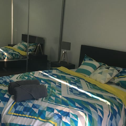 Modern clean room own balcony - Epping - Apartment