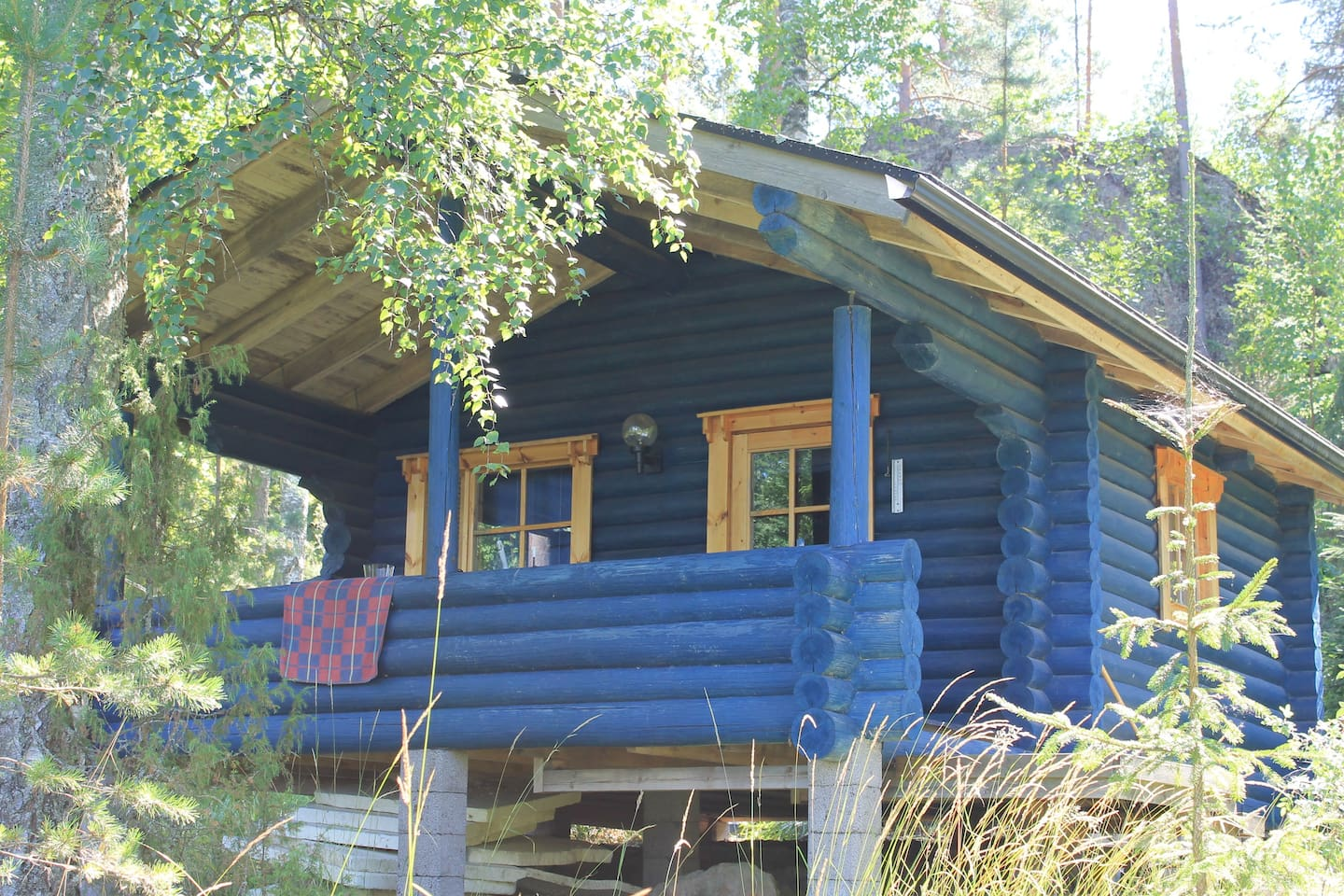 Blue cottage with lake view