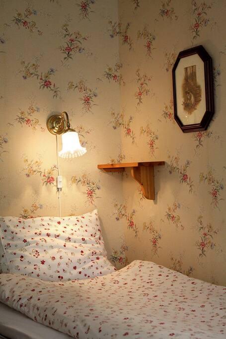 Sovrum med två enkelsängar.