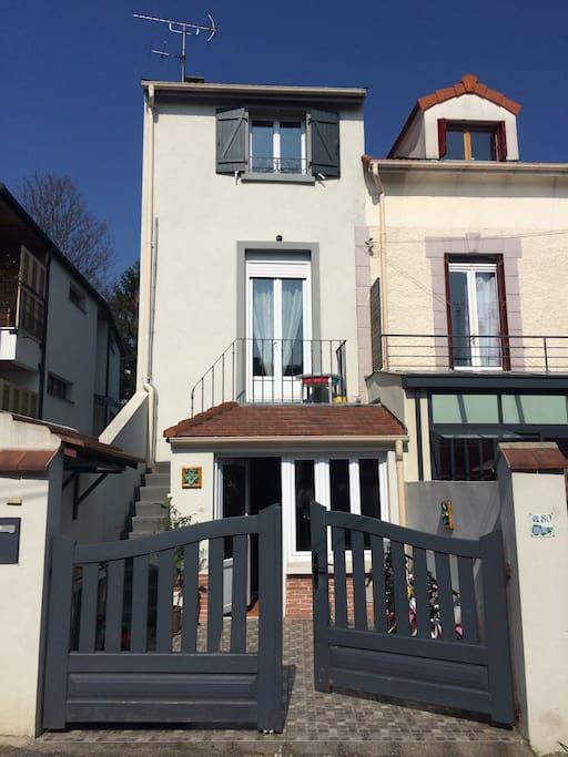 Entrée de la maison avec chambre accessible par l'extérieur / house entrance with room and outdoor access.