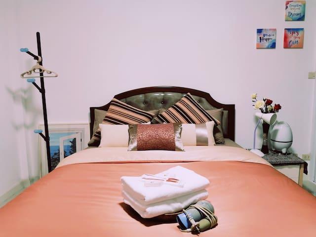 舒适大床-是家的感觉 A comfortable bed just like at home ✔Room number 02 (**Air con**) • 1 Queen Bed (5ft bed size for 2 guests)