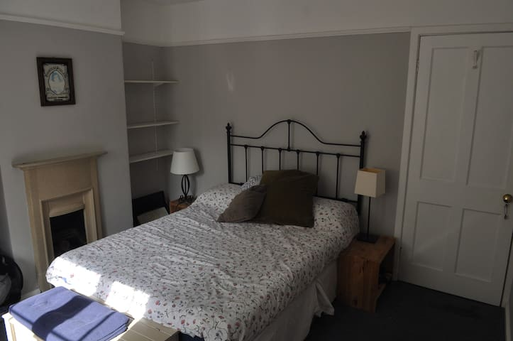 Charming double room 5 min walk from central Bath