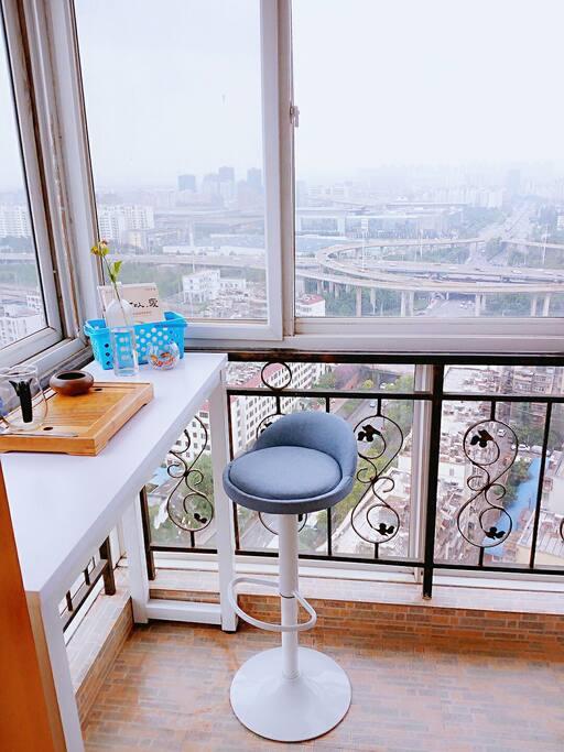 房间里的观景阳台,可以阅读品茶兩不误。