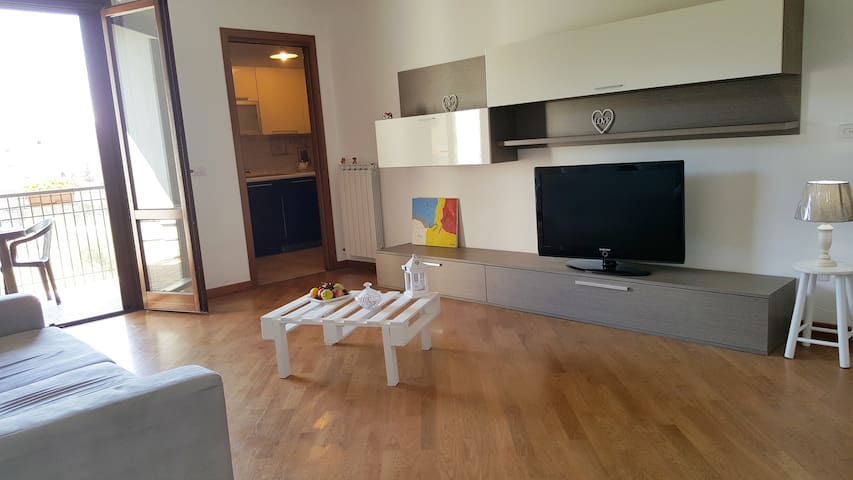 Spazioso living con terrazzo su vista sulla collina, divano (divano- letto) televisione, parquet, arredamenti tutti nuovi.