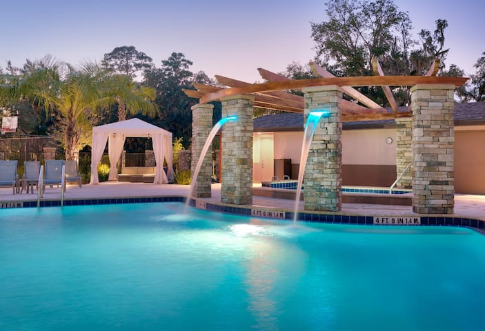 10 Minutes from U of Florida. Free Breakfast. Outdoor Pool & Hot Tub. Great for Small Groups!