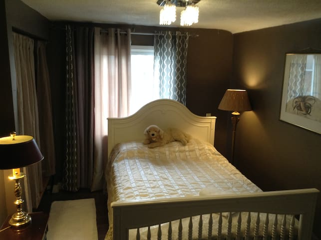 Victoria Room, cozy double bed near the Falls