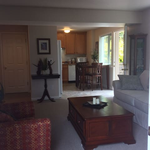 Private one bedroom apartment w/ courtyard patio. - Edmonds - Huoneisto