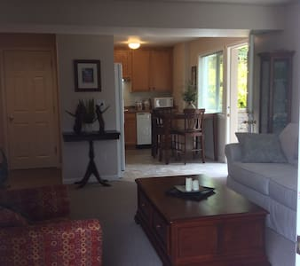 Private one bedroom apartment w/ courtyard patio. - Edmonds - Departamento