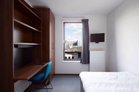 Cozy room+bathroom+near tram&metro