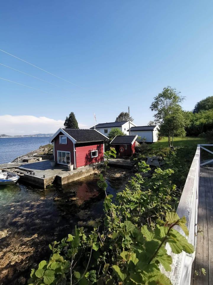 Stor, aleneliggende og moderne eiendom i sjøkanten