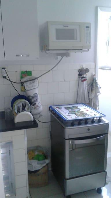 Cozinha com fogão e Geladeira-Micro ondas-Kitchen with stove,refrigerator and microwave.