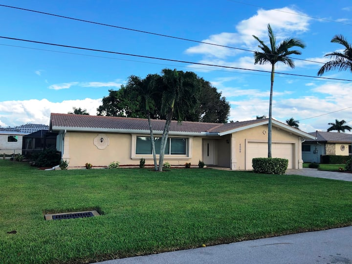 Cape Coral Yacht Club pool home, sailboat access