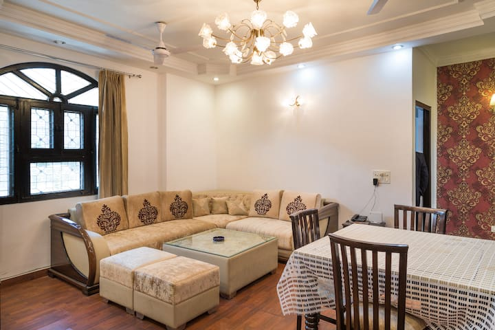 INDEPENDENT GROUND FLOOR APT♥3BR ★ FAMILY LOUNGE♣