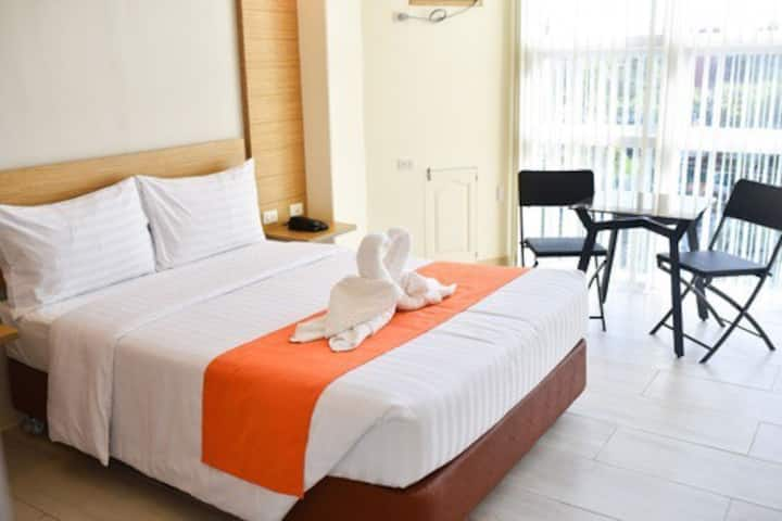 Homey Mactan Cebu Apartment w/ WiFi Rooftop Lounge