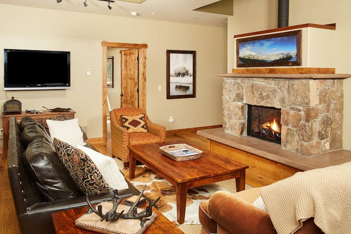 Charming Nordic ski-in/ski-out townhome, close to town center w/private hot tub!