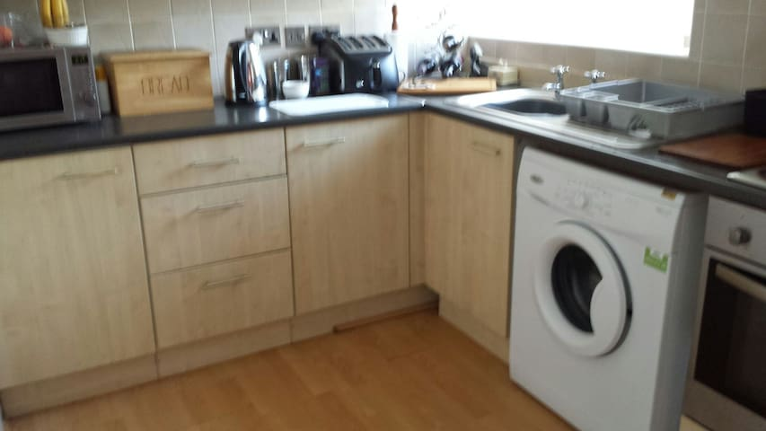 comfy flat, with park and all ammenities close by - Swinton