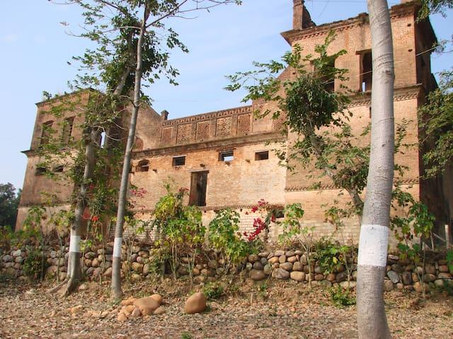 Guler Heritage Nature Camps - Haveli - Kangra - Hôtel historique (Inde)