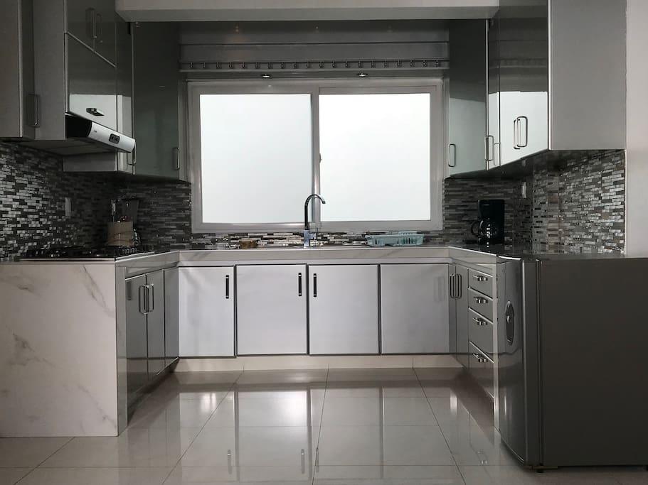 Cocina Integral Equipada, todos los pisos con recubrimientos Interceramic