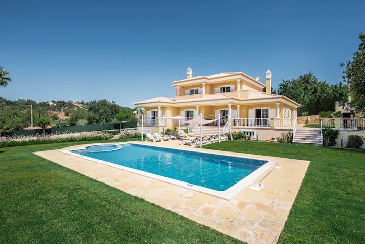 Algarve Typical 6 Insuite Villa