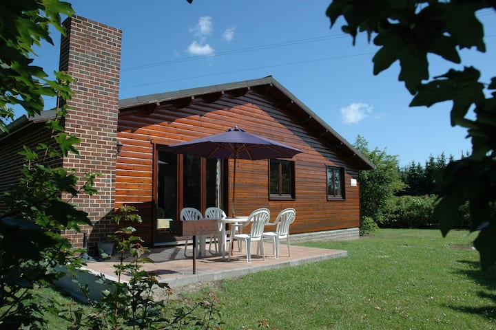 Bungalow 500 m from the Ourthe and from the centre of town.